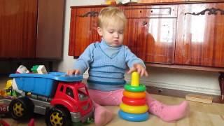 Маленький Мальчик  Играет с Машинками / Строим домик из Конструктора / Матвей Голубец