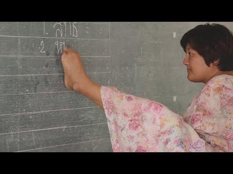 تايلاندية من دون ذراعين تدرس فتصبح معلمة وتنال درجة الماجستير