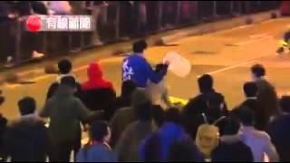 Hong Kong: bạo loạn khi cs dẹp hàng rong trong dịp Tết.