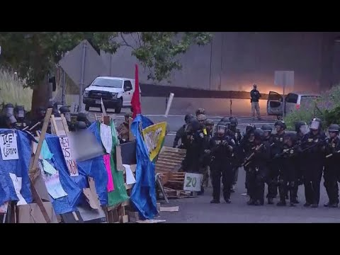 Standoff between protesters and federal police continues