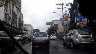 Dirigindo em via principal e trânsito intenso com chuva