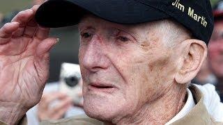 Veterano de 93 años salta en paracaídas para conmemorar el