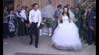 Невеста и жених танцуют на свадьбе вальс тиктоник стрид степ и др