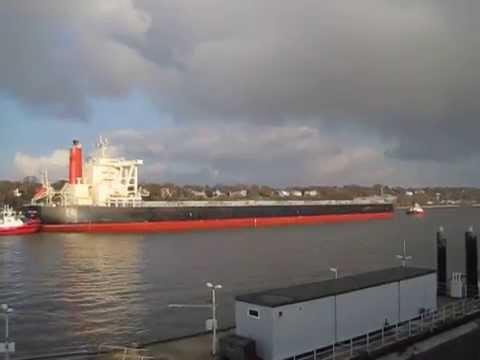 Bulk Carrier Spring Zephyr approch Hamburg Harbour