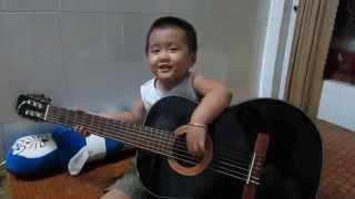 Nhóc 3 tuổi chơi guitar