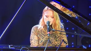 Freya Ridings - Castles (Live) - Le Grand Studio RTL Video