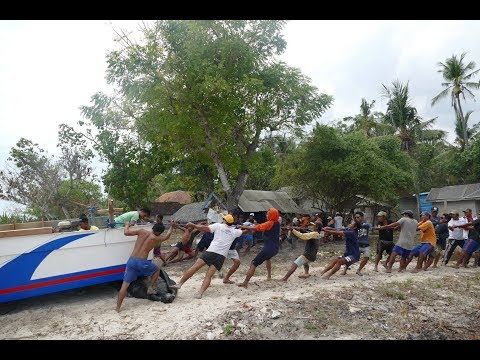 Locals from Nusa Penida Drag Their Boat Out Of The Sea