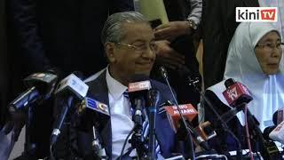Dr M tunjuk penumbuk kepada Anwar, Anwar minta sabar