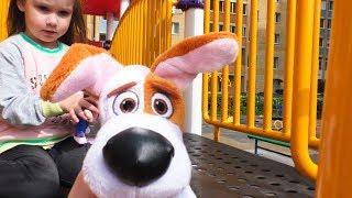 Юля и игрушечный Макс на детской площадке Видео для детей с игрушками Outdoor playground for kids