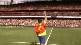 Running Man cầm quốc kỳ Việt Nam chạy trên sân Emirates