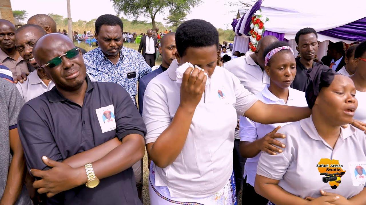Download Majonzi yatanda Wakati Kurasini SDA Choir waki imba wimbo sauti yangu katika mazishi ya mwalimu kiba