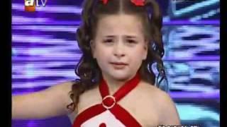 طفلة تركية تغني فيبكي المستمعون