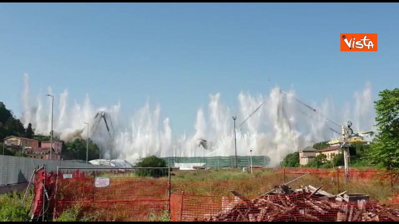 L'esplosione del ponte Morandi vista dal confine della zona rossa