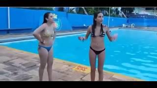 gadis cantik masih segar mandi di kolam renang