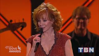 """Reba McEntire Performs """"Back To God"""" 