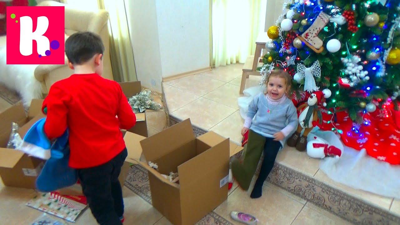 Катя с Максом наряжает игрушками новогоднюю ёлку / Декорируем дом 2015