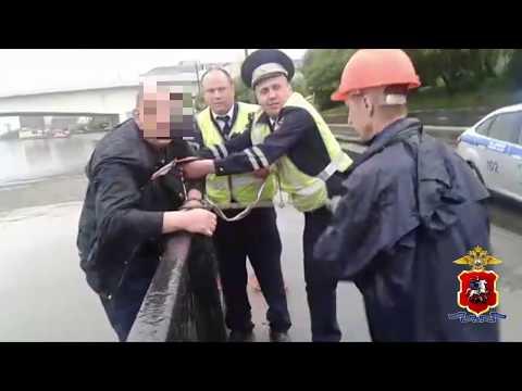 Автоинспекторы Южного округа спасли мужчину, упавшего в Москву-реку