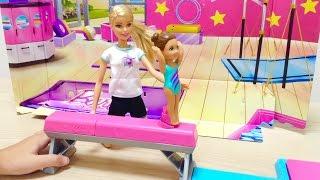 バービーの体操教室で遊びました。 ボタンをおすと人形が飛びあがって空...