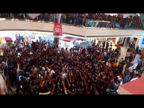 Chiyaan VIKRAM and tamanna at Oberon Mall kerala(for the movie sketch)  Heavy crowd