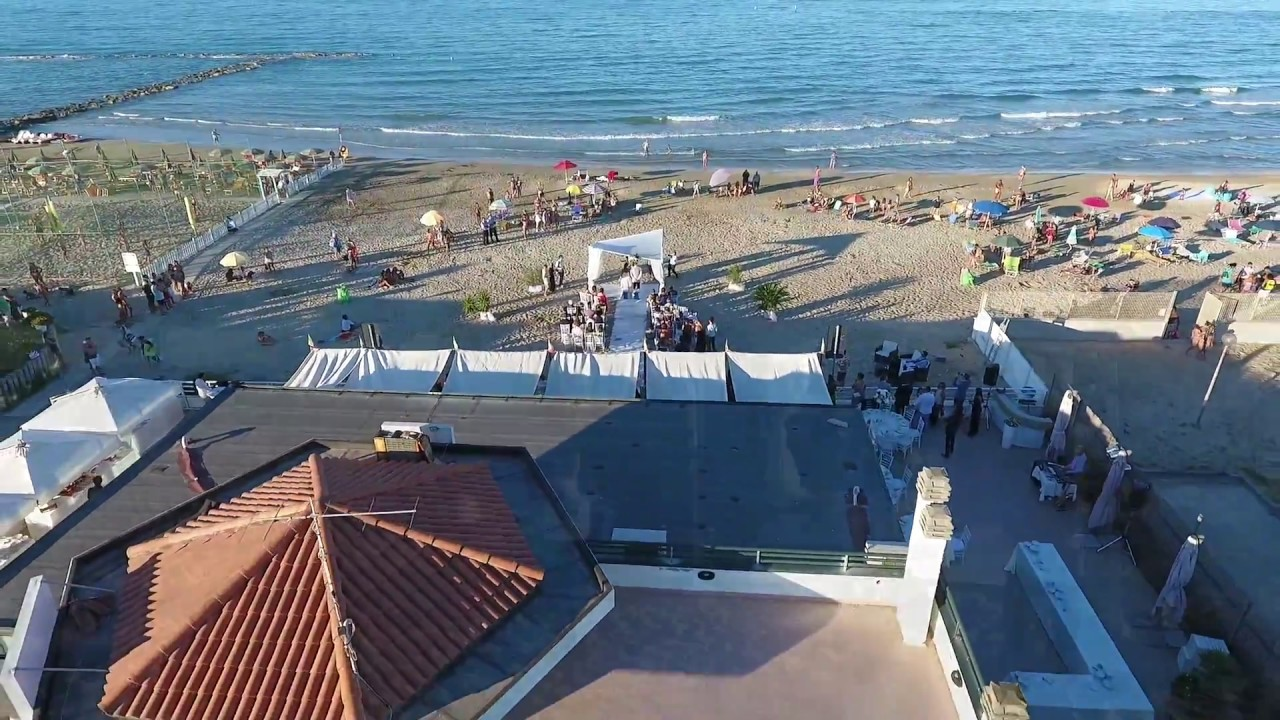 Matrimonio Spiaggia Rito Civile : Matrimonio con rito civile in spiaggia youtube