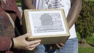 Entregan 48.000 firmas para regularizar la situación del 'héroe de la ría de Bilbao'