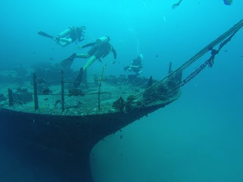 Exploring A Chinese Ship In The Ocean | DIVING IN HAWAII