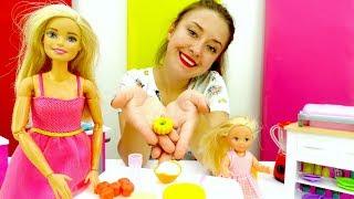Кукла Барби готовит тыкву на Хэллоуин! Видео с куклами.