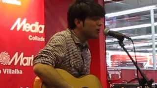 """Salvador Beltrán canta """"A veces me pregunto"""" en el MediaMarkt de Collado Villalba (27/04/2013)"""