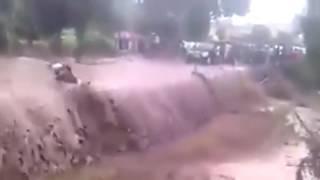 Pengendara Motor Ini Tak Bisa Menahan Derasnya Arus Banjir Bandang Di Garut Jawa Barat...