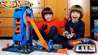 MEGA GARAGE de HOT WHEELS CITY!! EL CHALLENGE del SUPER SALTO con los coches de RACE OFF!!