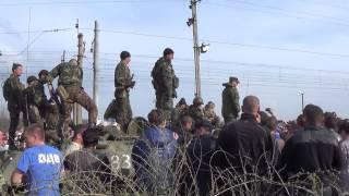 Украинскую бронетехнику блокируют жители Краматорского района
