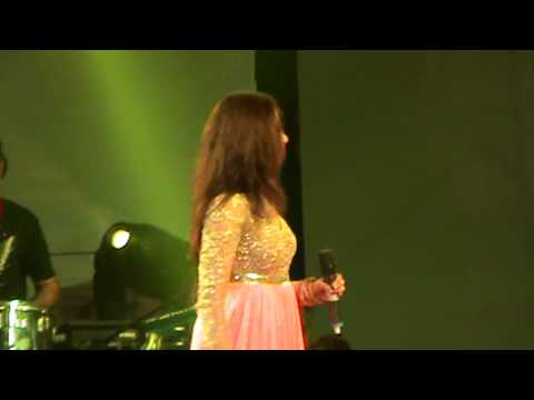 Shreya Ghoshal singing 'Main waari jawan' & 'Saibo' live in Kolkata in TOI's concert