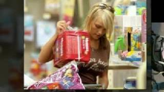 Jamie Lynn, fiance Casey and baby Maddie shopping