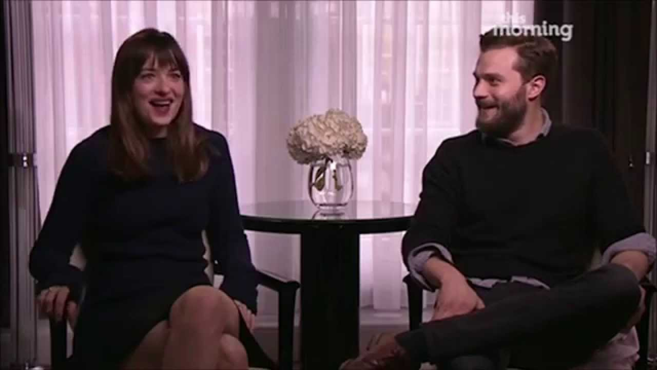 jamie dornan constrange dakota johnson durante entrevista