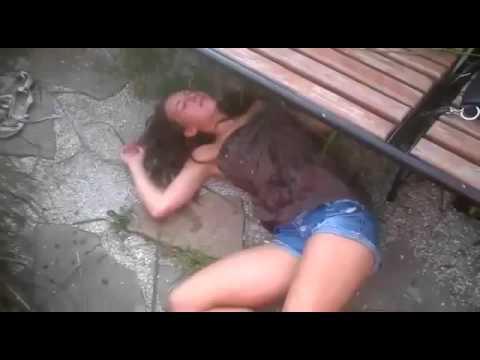Пьяную девушку пустили по кругу любительское видео для