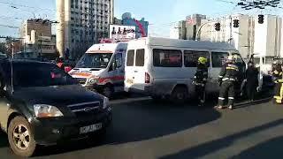 Un microbuz de rută, plin cu pasageri, implicat într-un accident