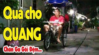 Mua quà tới nhà em Quang liệt tứ chi đi bán vé số lúc nửa đêm