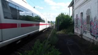 2 Spinner rennen mit Bäumchen über Gleise kurz vor zwei ICEs in Karlsruhe Hagsfeld