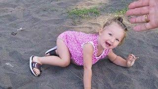 Drôle bébé faux tomber en public!
