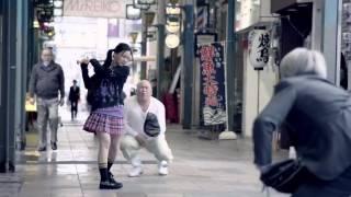 길거리에서 야구를 하는 컨셉의 일본 광고영상.