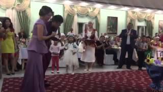 Тамада красиво спел на свадьбе