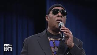 WATCH: Stevie Wonder pays tribute to Aretha Franklin at her
