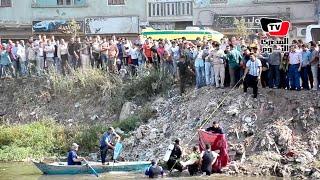 لحظة استخراج جثمان أحد الطالبين اللذين غرقا أثناء استحمامهما في الترعة بعد خروجهما من الامتحان
