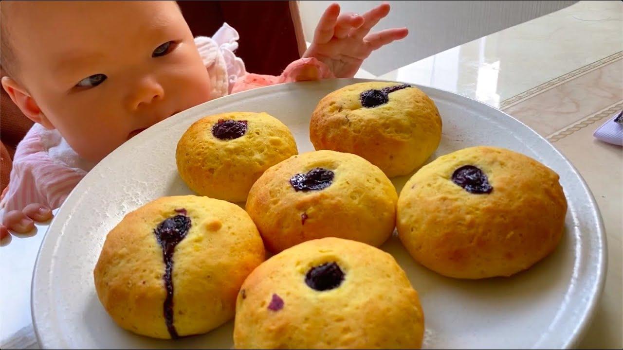 无糖无油无蓝莓地瓜饼,可以用烤箱做也可以用锅煎,没有厨房秤也都可以做好,简单不会失败。加入一勺酵母,两个鸡蛋,适量面粉揉成偏软的面团就可以了