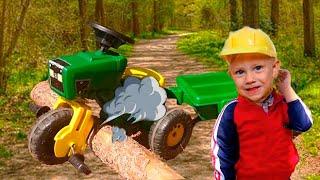 Малыш катается на крутом тракторе и наехал колесом на бревно