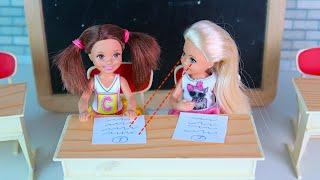 Залезли в Сумку к Учителю, Выгоняют из Школы Мультики Барби Школьные Истории IkuklaTV