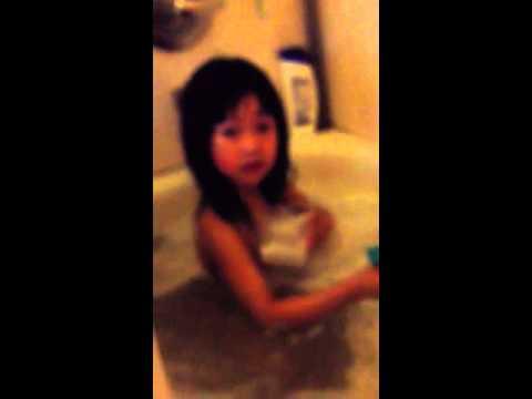 哈哈我可爱的小孩在洗澡