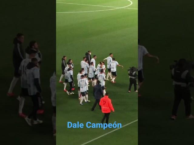 ¡Dale Campeón! Vuelta olímpica de la selección Argentina ante su público.