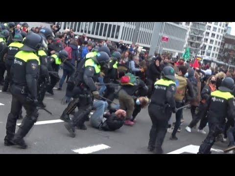 POLITIEGEWELD tegen vredige demonstranten op de Erasmusbrug bij Woonopstand