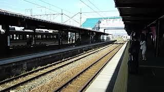 【快速きらきらうえつ】羽越(うえつ)本線の鶴岡駅に到着する新潟行き「きらきらうえつ」